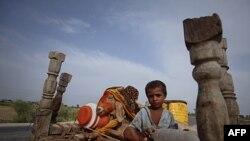 Cậu bé, sơ tán để tránh nạn lụt cách nay gần 1 năm, giờ đây lại đang cùng với gia đình tìm nơi trú ngụ ở vùng đất cao hơn ở Sukkur, trong tỉnh Sindh của Pakistan để tránh mùa mưa năm nay