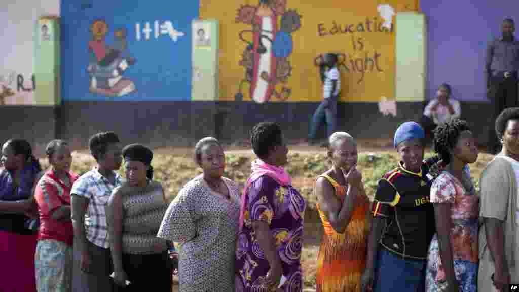 File d'attende devant un bureau de vote situé dans une école à Kampala, le 18 février 2016