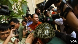 Jailed opposition party lawmaker Um Sam An, who was charged with incitement in April over comments he made about maps used in demarcating the Cambodia-Vietnam border, at Appeal Court on Tuesday 17th , May 2016. ( Leng Len/VOA Khmer)