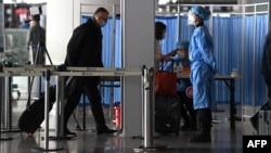 資料照:北京機場離境大廳的醫護工作人員。