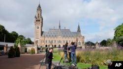 Phóng viên tụ tập bên ngoài Cung điện Hòa bình ở La Haye, Hà Lan, ngày 12/7/16.