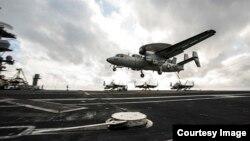 미국과 일본이 일본 남해에서 대규모 해상 합동군사훈련을 시작한 가운데, 16일 훈련에 참가한 미군 E-2C '호크아이' 조기경보기가 로널드레이건 항공모함에 착륙하고 있다. 사진 출처 = 미 태평양 사령부.