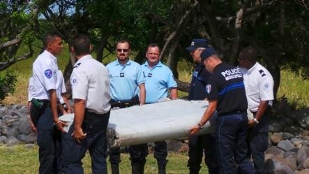 法国航空专家与警方抬起在一个法属印度洋岛屿上发现的一块飞机残骸 (2015年7月29日)