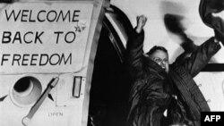 1981年1月21日,一名获释的美国人质抵达法兰克福的空军基地