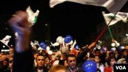 Pristalice Stranke Fahrudina Radončića na skupu u četvrtak uvečer (AP Photo/Amel Emric)