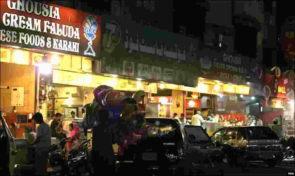 حسین آباد کا فالودہ سارے شہر میں مشہور ہے۔ دکان کے آگے کھڑی گاہکوں سے بھی اس بات کا ثبوت ملتا ہے