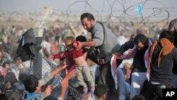 Para pengungsi Suriah melintasi perbatasan masuk ke kota Akcakale, provinsi Sanliurfa, Turki (foto: dok).