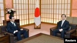 Ngoại trưởng Nhật Bản Fumio Kishida (trái) gặp Đại sứ Trung Quốc tại Nhật Bản Trình Vĩnh Hoa ở Tokyo, Nhật Bản, ngày 9/8/2016.