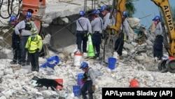 Spasioci u potraži za žrtvama i preživelima u Surfsajdu (AP/Lynne Sladky)