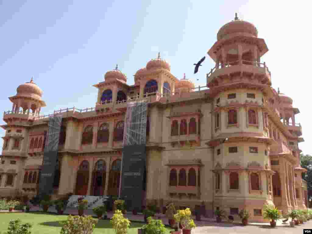 """پاکستان کا ساحلی شہر کراچی میں """"موہٹا پیلس"""" ایک ایسا محل ہے جو آج بھی عہد رفتہ کی یاد دلاتا ہے۔"""