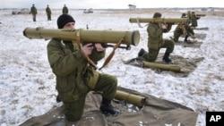 Ukrajinski vojnici izvode vežbu u centrtu za obuku u okolini Lavova, na zapadu Ukrajine, u februaru 2015.