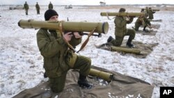 FILE- Ukrainian soldiers perform weapons exercise at training ground outside Lviv, western Ukraine, Feb. 5, 2015.