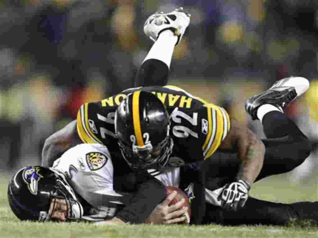 James Harrison (92), jugador de los Steelers, bloquea a Joe Flacco, de los Baltimore Ravens.