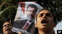 Người ủng hộ cựu Tổng thống Ai Cập bị lật đổ Mohammed Morsi biểu tình trước tòa án ở Cairo, Ai Cập, ngày 4/11/2013.