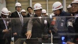 Burma's President Thein Sein (C) inspects Tokyo Electric Power Company's (TEPCO) Kawasaki Thermal Power Plant in Kawasaki, south of Tokyo, April 22, 2012.