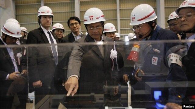 Tổng thống Miến Điện Thein Sein (giữa) thăm nhà máy nhiệt điện ở Kawasaki, phía nam thủ đô Tokyo, ngày 22/4/2012.