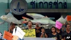 Warga desa Thailand berunjuk rasa menentang rencana pembangunan bendungan di Sungai Mekong, di luar sebuah perusahaan konstruksi di Bangkok, Thailand, 24 April 2012 (Foto: dok).