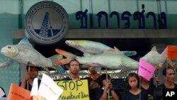 Dân làng Thái Lan cầm biểu ngữ phản đối kế hoạch xây đập trên sông Mekong.