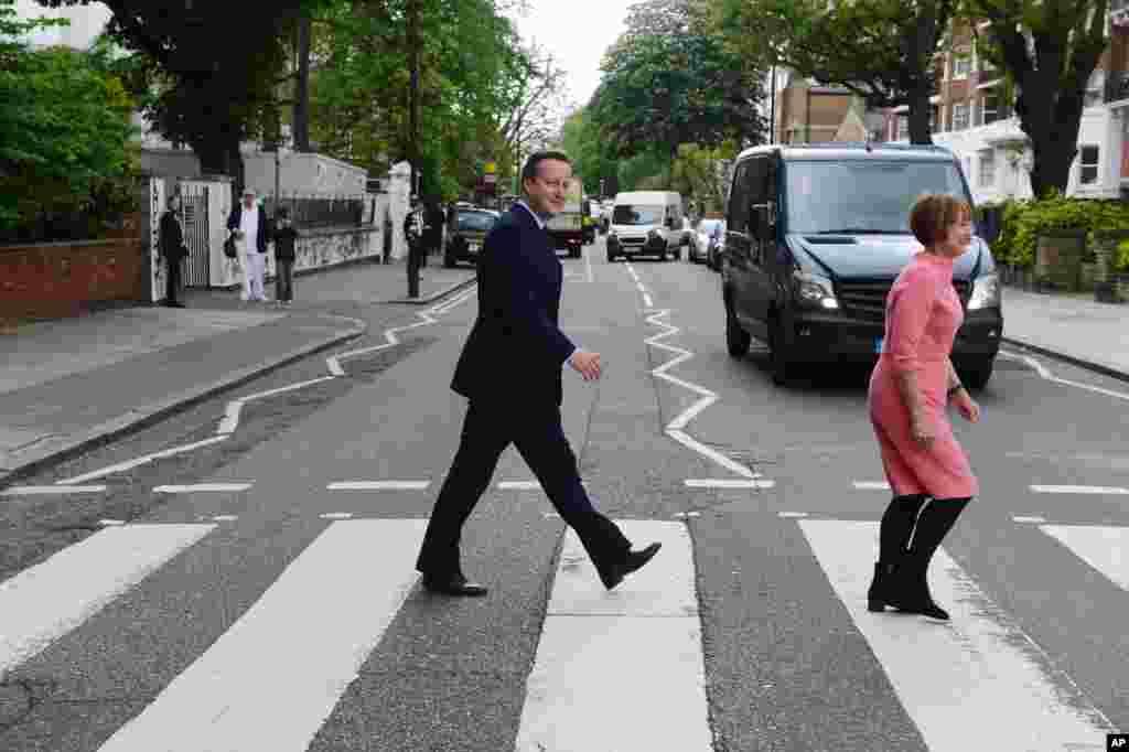 در حاشیه رفراندوم جدایی بریتانیا از اروپا، دولت دیوید کامرون موافق این جدایی نیست. نخست وزیر انگلیس به همراه تسا جوول وزیر سابق فرهنگ در یک مراسم برای تبلیغ نظرشان شرکت می کند.