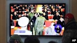 人们在韩国首尔地铁站观看朝鲜逮捕张成泽的电视新闻。