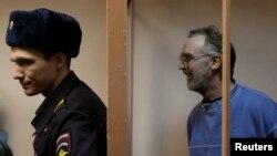Колин Рассел (справа)