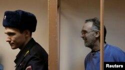 Aktivis Greenpeace asal Australia Colin Russell (kanan) menjadi aktivis Greenpeace terakhir dari 30 aktivis yang dibebaskan dari penjara Rusia dengan membayar jaminan (28/11).