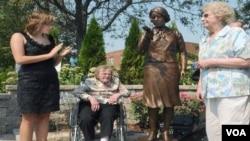 """Madeline Piller, a la izquierda, hace cinco años inició el proceso para rescatar esta parte de la historia de EE.UU. Su padre es el escultor del monumento a las """"Chicas del radio""""."""