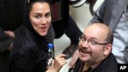 Jason Rezaian (kanan), koresponden Washington Post keturunan Iran bersama istrinya Yeganeh Salehi, koresponden surat kabar berbasis Abu Dhabi - The National, saat menghadiri kampanye presiden Hassan Rouhani di Teheran, Iran, 11 April 2013 (Foto: dok/AP).