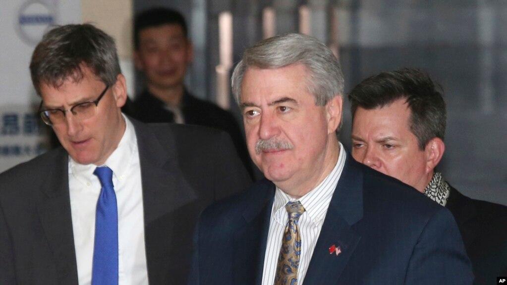 El subsecretario de Comercio Exterior y Asuntos Agrícolas, Ted McKinney, centro, forma parte de la delegación de EE.UU. que participa de las conversaciones sobre las relaciones comerciales con China.