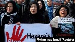"Muslim Syiah Afghanistan berkumpul untuk memprotes serangan bom kembar hari Kamis di kota Quetta, Pakistan barat daya, di Kabul 14 Januari 2013. Poster di sebelah kanan berbunyi, ""Hentikan target pembunuhan Hazara di Quetta, Pakistan"". (Foto: REUTERS/Moha"