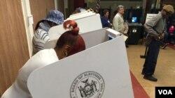 Warga New York memberikan suara di sebuah gereja di Harlem, New York, Selasa (19/4).