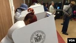 19일 미국 뉴욕 주에서 경선이 실시된 가운데, 뉴욕 시 센트럴 할렘 지역에서 유권자들이 투표하고 있다.