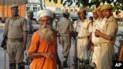 印度安全部队29日在阿约提亚市戒备