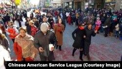 2013年12月17日芝加哥華埠慶祝農曆新年的人群。