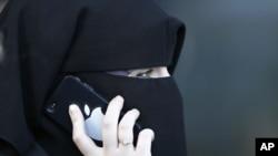 使用面纱遮面的穆斯林女性