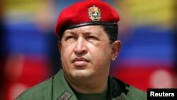 지난 2005년 군복 차림으로 사열식에 참석한 우고 차베스 베네수엘라 대통령. 암으로 투병하다가 5일 사망했다.