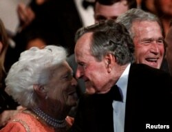 Ex presidente George. H.W. Bush sonríe a su esposa Barbara durante un evento en el Kennedy Center.