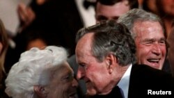 Rais wa zamani wa Marekani George. H.W. Bush (kati) akiwa na mkewe Barbara.