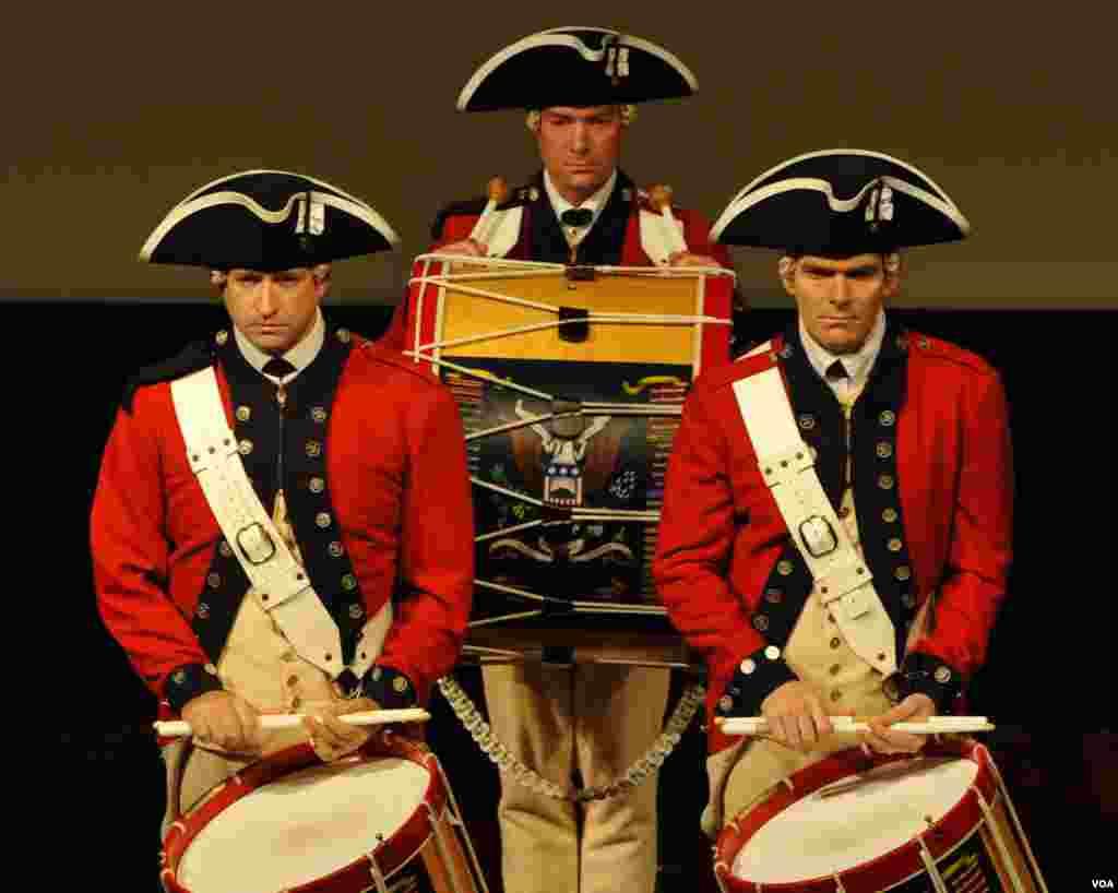 Барабанщики военного оркестра в форме гвардейцев времен Войны за независимость