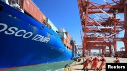 中国青岛的货柜码头(路透社)