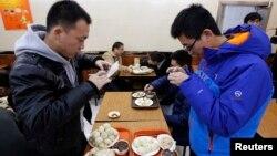 Para pelanggan memfoto menu bakpao daging yang dipesan oleh Presiden Xi Jinping di restoran Qing-Feng di Beijing, China (29/12).