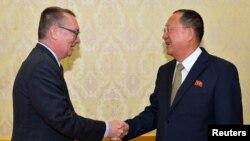 지난 7일 평양을 방문한 제프리 펠트먼 유엔 정무담당 사무차장(왼쪽)이 리용호 북한 외무상과 만났다고 북한 관영 조선중앙통신이 보도했다.