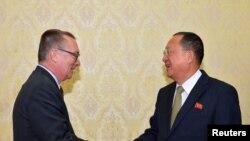 평양을 방문 중인 제프리 펠트먼 유엔 정무담당 사무차장(왼쪽)이 7일 리용호 북한 외무상과 만났다고 북한 관영 조선중앙통신이 보도했다.