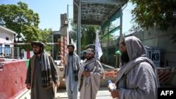 Pejuang Taliban berjaga-jaga di pintu masuk area zona hijau di Kabul, 16 Agustus 2021. (Wakil Kohsar / AFP)