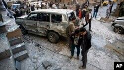 23일 예멘 사나의 시아파 후티 반군이 폭탄 테러로 파괴된 자동차 주변에 서 있다.