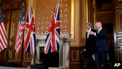 Ngoại trưởng Mỹ John Kerry và Ngoại trưởng Anh William Hague tại London, ngày 25/2/2013.