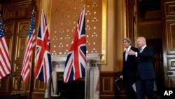 Menlu AS John Kerry (kiri) tiba di Konferensi Pers bersama Menlu Inggris William Hague dalam lawatan Kerry di London (25/2). (AP/Jacquelyn Martin)