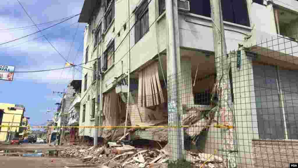 Edificio dañado por el terremoto.