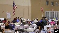 Një strehim me banorët e evakuuar