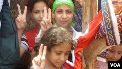 Anak-anak perempuan menunjukkan dukungan mereka terhadap mantan pemimpin Mesir Mohamed Morsi di Kairo (12/7). (VOA/Nagwa el-Hamzawi)